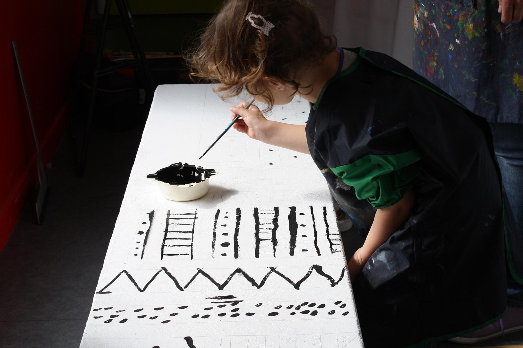 élève en train de peindre